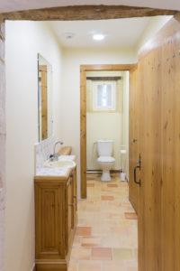 Toilettes à côté de la cuisine